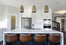 קלאסיקה של עיצוב לבן במטבחים